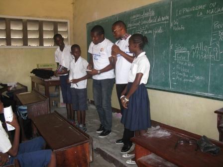 Deux étudiants avec trois écoliers