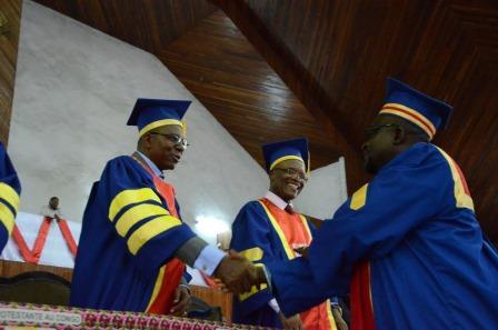 Le recteur et l'académique saluant les lauréats à la collation