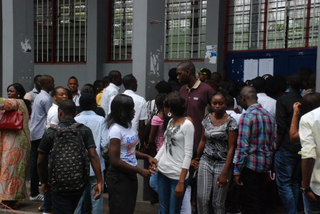 Un groupe d'étudiants devant un auditorium