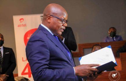 Thomas Luhaka entrain de faire son discours