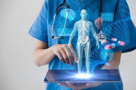 un docteur avec une tablette refletant une image