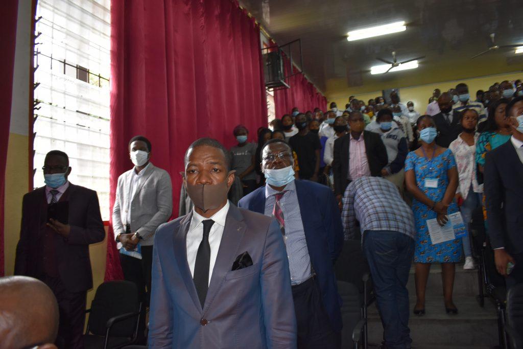 le public de la conference debout