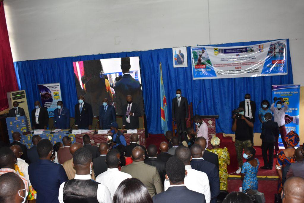 les officiels et le public de la conference debout